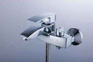 Смеситель для ванны с коротким изливом монолитный D80-330103
